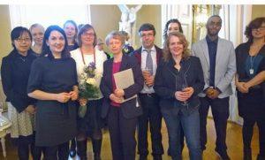 Entressen kirjaston henkilökunta ottamassa vastaan Suomi-palkintoa.