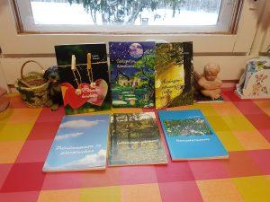 Leena Pirisen teoksia pöydällä