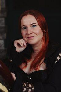 Kirjailija Mia Myllymäki, kuvaaja Sonja Hagström.