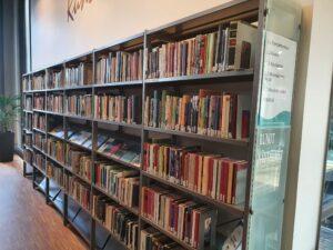 Sellon kirjaston iso runo- ja näytelmähylly. Monenvärisiä kirjoja.